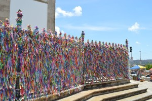 Religiöse Bänder an einer Kirche in Salvador de Bahia.