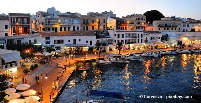 Spanisches Ambiente beim Mittelmeerurlaub auf Menorca.