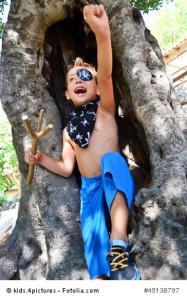 Kinder haben Spaß beim Piratenfest in Sellin.