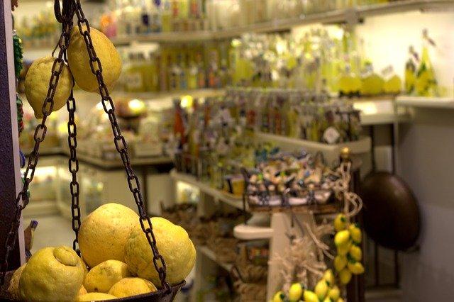 Spezialität der Abruzzen Region - Limoncello / Limonenlikör