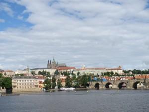 Die Karlsbrücke und die Prager Burg im Hintergrund.