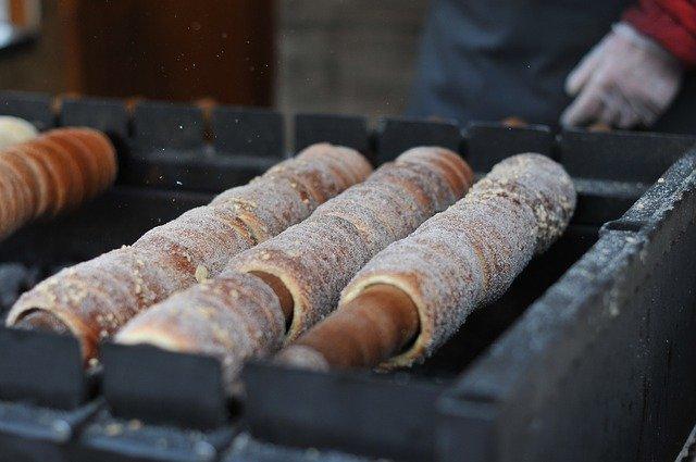 Trdelnik: Typische Prager Köstlichkeit (Hefeteig mit Zucker-Haselnuss-Überzug) © pixabay.com