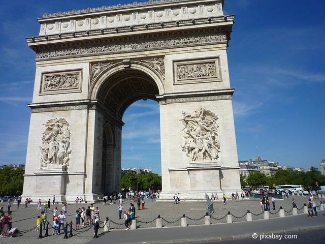 Der Arc de Triomphe, zu deutsch der Triumphbogen von Paris.