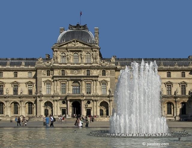 Sehenswürdigkeit: Der Louvre Palast in Paris.