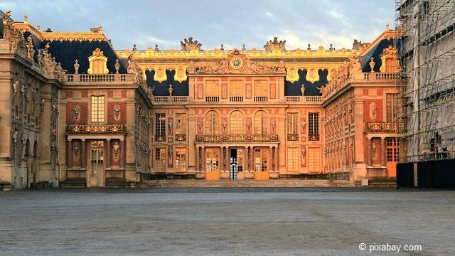 Prunkvolle Sehenswürdigkeit von Paris: Das Schloss Versailles.
