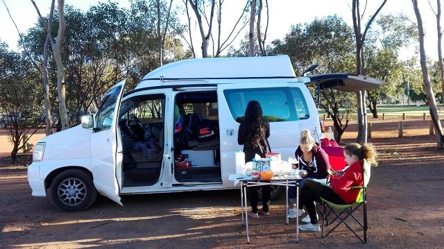 Frühstück am Camper Van